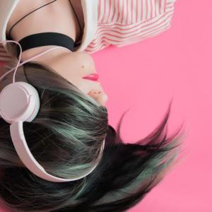 d03-Girl-headphones.jpg